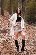 Фото Шатенки Позирует Ноги Сапогов Юбки Пальто Листья Смотрят Nadia девушка