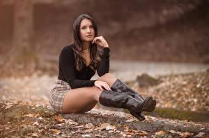 Фотография Сидя Сапогов Юбка Блузка Смотрят Листва Размытый фон Шатенка Nadia молодые женщины