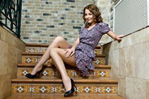Фото Лестница Шатенка Сидит Платье Руки Ноги Туфли молодая женщина
