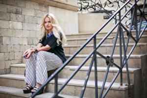 Фотографии Лестницы Забора Блондинок Сидящие девушка