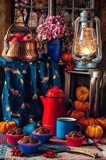 Обои для рабочего стола Натюрморт Керосиновая лампа Яблоки Букет Гортензия Тыква Пирожное Кофе Корзинка Кружка Шиповник плоды Пища Цветы