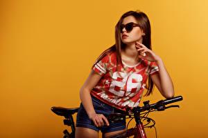 Фотография Viacheslav Krivonos Цветной фон Шатенки Очки Руки Футболка Шортах Велосипед Lera молодая женщина