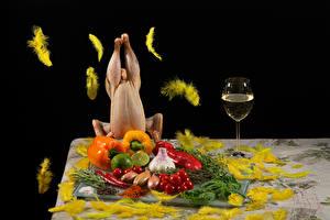 Фотография Вино Перья Овощи Перец овощной Чеснок Лук репчатый Томаты Лайм Курятина Бокал Пища
