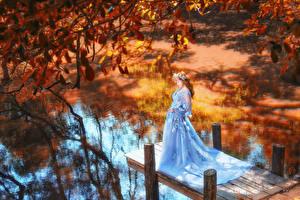 Фотографии Азиатка Осенние Пирсы Платье Венок