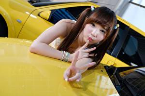 Фотография Азиаты Пальцы Жест Взгляд Шатенка молодые женщины