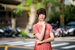 Картинка Азиатки Позирует Платье Руки Взгляд Боке