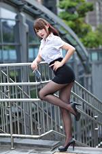 Картинки Азиаты Поза Ноги Юбка Туфли Блузка Смотрят девушка