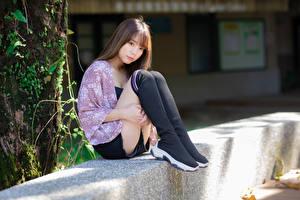 Фотографии Азиатки Сидит Ноги Гольфах Смотрит Поза молодые женщины
