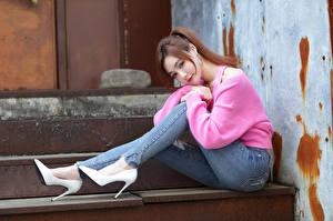 Фото Азиатки Сидя Туфлях Джинсы Свитере Смотрит Ног Поза Девушки
