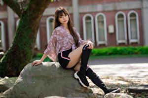 Фотографии Азиаты Камень Сидит Ног Шорты Блузка Смотрит Гольфах Шатенки девушка