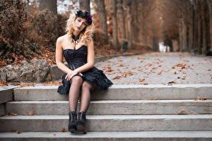 Обои Осень Готика Фэнтези Блондинка Сидящие Платье Ноги Венком Листья Смотрит Боке Deborah девушка