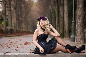 Обои для рабочего стола Осень Готика Фэнтези Блондинка Сидит Платья Ноги Венок Лист Боке Deborah Девушки