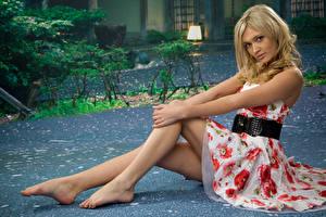 Обои Блондинка Платье Сидит Руки Ног Позирует молодая женщина