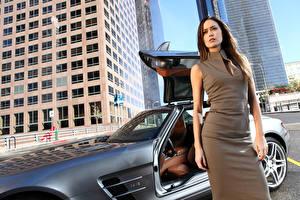 Обои Шатенки Взгляд Руки Платье молодая женщина Автомобили