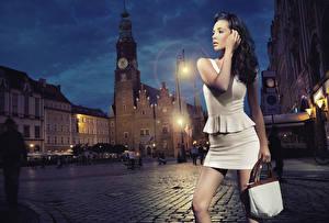 Обои Собор Сумка Городская площадь Брюнетки Платья Руки Уличные фонари Ночь молодые женщины