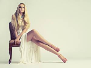 Фотография Стулья Блондинка Платье Сидит Рука Ноги Туфлях Позирует Красивый девушка