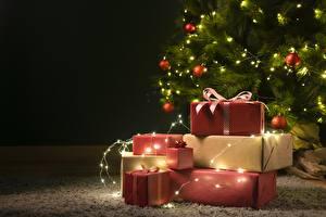 Фото Новый год Новогодняя ёлка Электрическая гирлянда Шар Коробке Подарок Шаблон поздравительной открытки