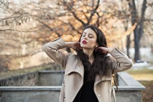 Фотография Ester Merja Осенние Брюнеток Пальто Рука Фотомодель Luigi Malanetto девушка