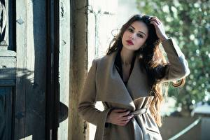 Картинки Ester Merja Шатенка Взгляд Пальто Руки Luigi Malanetto молодые женщины