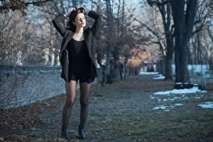 Картинка Ester Merja Брюнетка Куртка Руки Позирует Ног Колготках Luigi Malanetto молодая женщина