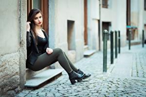 Картинки Ester Merja Брюнетка Куртках Сидящие Ног Фотомодель Luigi Malanetto молодые женщины