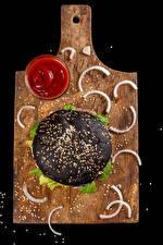 Обои Фастфуд Гамбургер Черный фон Разделочная доска Кетчуп Зерно Черная