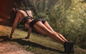 Картинки Фитнес Ног Шортах Отжимается Планка упражнение Laurent KC, LKC спортивные Девушки
