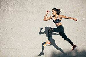 Фотографии Фитнес Стены Тень Брюнетка Прыжок Руки Ног Девушки