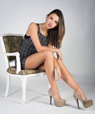 Картинка Модель Стул Сидящие Ноги Смотрят Irene девушка