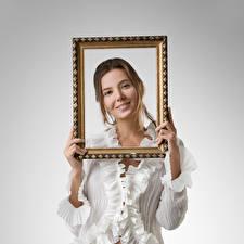 Обои для рабочего стола Katya Clover Улыбка Блузка Руки Смотрят рамка девушка