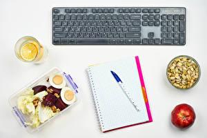 Обои Клавиатура Орехи Яблоки Белым фоном Тетрадь Шариковая ручка Стакана Яйцами Еда