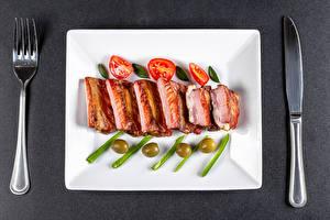 Обои для рабочего стола Ножик Помидоры Оливки Серый фон Вилки ribs Продукты питания
