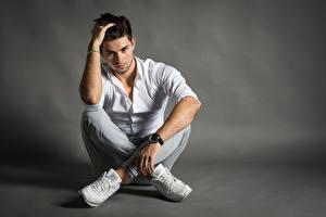 Фотографии Мужчины Наручные часы Сидит Рубашка Руки