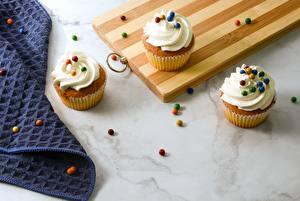 Фотографии Кекс Десерт Разделочная доска Трое 3 Еда