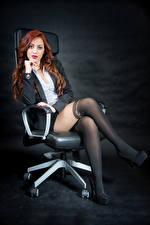 Обои Рыжая Кресло Сидит Ноги Пиджак Блузка Взгляд Колготки Samanta Девушки картинки