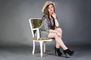 Фото Сидящие Стул Платье Ноги Шляпа Смотрят Samanta Девушки