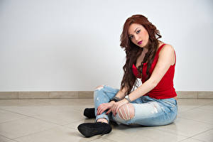 Обои Сидя Джинсы Рука Взгляд Рыжих Samanta молодые женщины