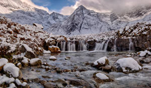 Картинки Шотландия Горы Камни Водопады Снег Isle of Skye Природа