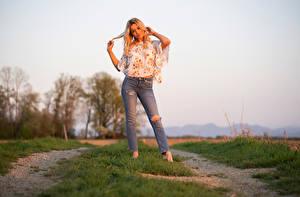 Картинки Поза Блондинка Джинсов Блузка Руки Взгляд Sofia Девушки