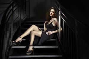 Картинки Лестницы Шатенки Платье Сидящие Руки Ног Туфлях молодая женщина