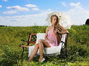 Фотографии Лето Трава Скамейка Блондинки Зонт Сидя Ноги Девушки