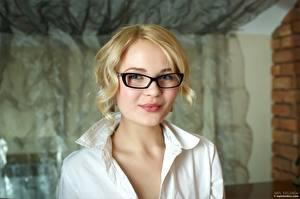 Фотография Блондинка Очках Взгляд Лица Talia молодые женщины