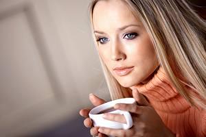 Картинка Чай Блондинки Взгляд Свитера Рука Кружка Лица