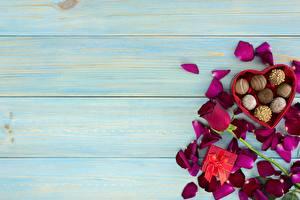 Картинка День святого Валентина Конфеты Розы Доски Шаблон поздравительной открытки Лепестков Цветы Еда
