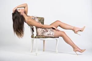 Фотография Стулья Сидя Платья Ноги Туфлях Поза Vittoria молодая женщина