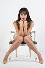 Фотографии Модель Стул Сидя Ног Рука Платье Взгляд Позирует Vittoria девушка