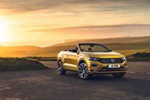 Фото Volkswagen Кабриолет Желтые 2020 T-Roc Cabriolet R-Line машины
