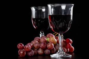 Картинка Вино Виноград Черный фон Бокалы Двое