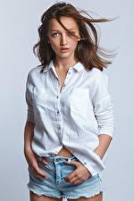 Фотография Шатенки Модель Позирует Шортах Рубашка Смотрят Anna молодые женщины