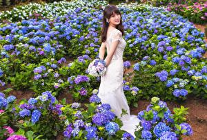 Обои Азиатки Букеты Платье Смотрит Невеста молодая женщина